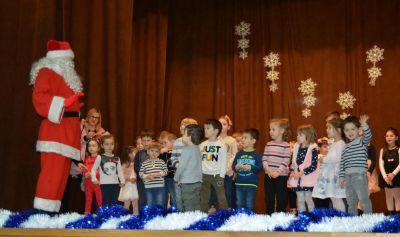 """Tържеството  """"Дядо  Коледа  при  нас"""",  съвместно  с  деца  от  ЦДГ """"Делфинче"""" - Изображение 3"""