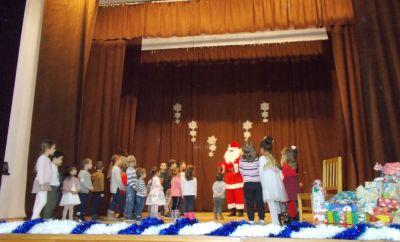 """Tържеството  """"Дядо  Коледа  при  нас"""",  съвместно  с  деца  от  ЦДГ """"Делфинче"""" - Изображение 6"""
