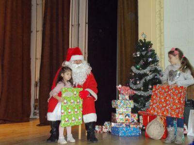 """Tържеството  """"Дядо  Коледа  при  нас"""",  съвместно  с  деца  от  ЦДГ """"Делфинче"""" - Изображение 8"""